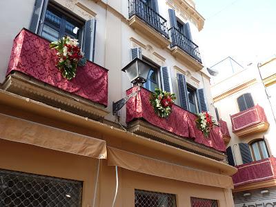 La policía de Sevilla interviene para frenar la proliferación de balcones alquilados ilegalmente para Semana Santa