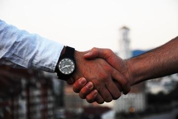 ¿Puede trabajar un hijo en la empresa inmobiliaria de su padre?