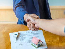 Contrato de compraventa de bien futuro con precio aplazado y condición resolutoria.